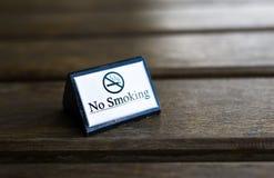 Biały palenie zabronione znak wystawiający Fotografia Stock