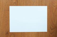 Biały papier na stołowym drewnie Fotografia Royalty Free