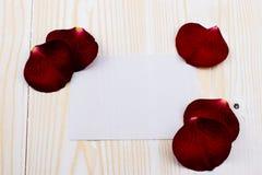 Biały papier z róża liśćmi Zdjęcie Royalty Free
