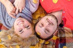 Biały pary małżeńskiej lying on the beach na ono uśmiecha się i szkockiej kracie zdjęcie stock