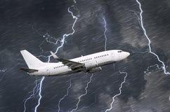 Biały pasażerski samolot bierze daleko podczas burzy nocy uderzenia pioruna deszcz, zła pogoda fotografia stock