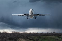 Biały pasażerski samolot lata w niebie z chmurami Zdjęcie Royalty Free