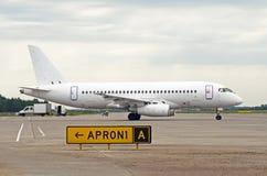 Biały pasażerski samolot taxiing przy lotniskiem Obrazy Stock