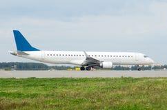 Biały pasażerski samolot taxiing przy lotniskiem Zdjęcie Stock
