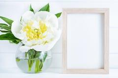 Biały peonia kwiat w wazie na białym drewnianym tle z mockup lub kopii przestrzenią obrazy royalty free