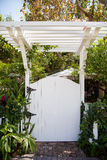 Biały pergola brama i Zdjęcia Stock