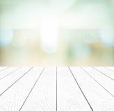 Biały perspektywiczny drewno i zamazany abstrakcjonistyczny tło z boke Obrazy Stock