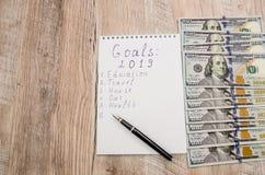 Biały pióro, notatnik, kalkulator i dolary na w górę drewnianego tła i, obrazy stock