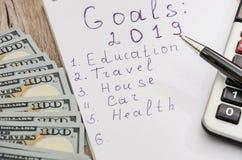 Biały pióro, notatnik, kalkulator i dolary na w górę drewnianego tła i, zdjęcia stock