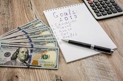 Biały pióro, notatnik, kalkulator i dolary na w górę drewnianego tła i, obraz royalty free