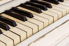 Biały pianino, boczny widok instrument, instrument muzyczny learn obrazy stock