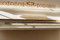 Biały pianino, boczny widok instrument, instrument muzyczny learn zdjęcie stock