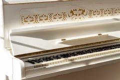 Biały pianino, boczny widok instrument, instrument muzyczny learn zdjęcie royalty free