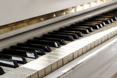 Biały pianino, boczny widok instrument, instrument muzyczny learn zdjęcia royalty free