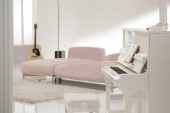 Biały pianino w białym holu fotografia stock
