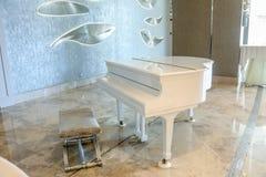 Biały pianino w białym wnętrza i luksusu pokoju Obraz Royalty Free