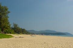 Biały piasek i pokojowy teren na Karon wyrzucać na brzeg w Phuket Tajlandia Obraz Royalty Free
