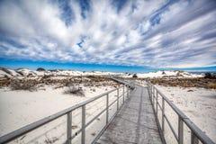 Biały piaska Krajowego zabytku deski spacer w pustynię fotografia royalty free