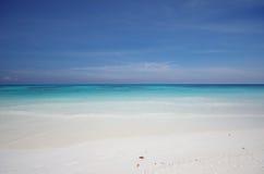 Biały piaska niebieskie niebo i plaża Obrazy Stock