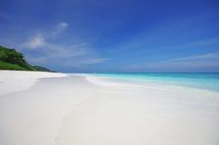 Biały piaska niebieskie niebo i plaża Zdjęcie Royalty Free
