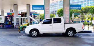 Biały pickup ciężarówki lub samochodu otwarcia kapiszon dla wypełniać NGV gaz naturalnego dla pojazdu obrazy stock