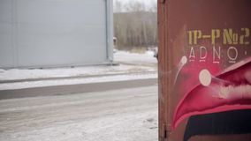 Biały pickup wolno ruch na śnieżnej drodze Kamera obok czerwonego samochodu dostawczego kąta Zima zbiory