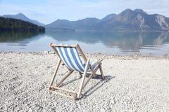 Biały plażowy krzesło na żwirze Zdjęcie Stock