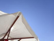 Biały plażowy parasol Fotografia Royalty Free