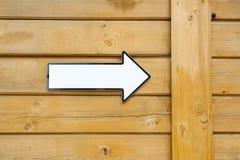 Biały pointer bez teksta na drewnianej ścianie zdjęcia royalty free
