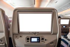 Biały pokazu ekran z joystickiem na tylni siedzeniu w samolocie fotografia stock