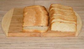Biały pokrojony chleb na tnącej desce Zdjęcie Royalty Free