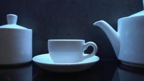 Biały porcelany kawowy ustawiający w kawiarni lub w kuchni zbiory wideo