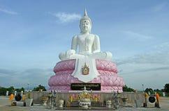 Biały Posadzony Buddha wizerunek Przyciszać Mara postawę z Błękitnym Sk Obraz Royalty Free