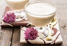 Biały powiewny mousse, jabłczany Sambuk w wsad formie Zdjęcia Royalty Free