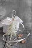 Biały prezent dla bożych narodzeń na popielatym podławym modnym tle z a Zdjęcie Royalty Free
