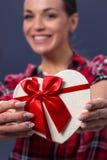 Biały prezenta pudełko z czerwonym faborkiem w kobiety ręce obrazy stock