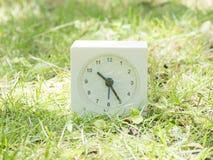 Biały prosty zegar na gazonu jardzie, 10:25 dziesięć dwadzieścia pięć Fotografia Stock