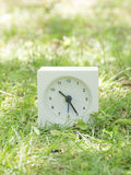 Biały prosty zegar na gazonu jardzie, 10:25 dziesięć dwadzieścia pięć Obrazy Stock
