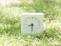 Biały prosty zegar na gazonu jardzie, 8:30 osiem trzydzieści połówek obrazy royalty free
