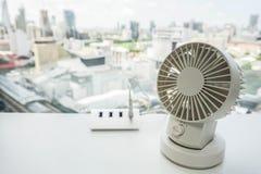 Biały przenośny USB desktop fan z USB centrum w biurze Fotografia Royalty Free