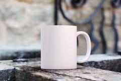 Biały pusty kawowy kubek dodawać obyczajowego projekt, wycena/ Obraz Stock