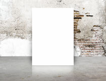 Biały Pusty plakat w krekingowym ściana z cegieł i betonu podłogowym pokoju, T Obraz Royalty Free