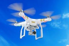 Biały quadrocopter truteń z kamera wideo 3d obraz stock
