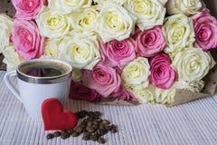 biały różowe bukiet róże filiżanki serce zdjęcia royalty free
