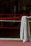 Biały ręcznik na bokserskim pierścionku Zdjęcie Stock