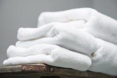Biały ręcznik umieszczający na półkach w łazience hotel Fotografia Royalty Free