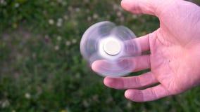 Biały ręka kądziołek lub kokosi kądziołek, wiruje na dziecka ` s ręce zbiory wideo