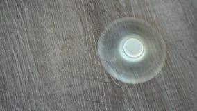 Biały ręka kądziołek lub kokosi kądziołek, wiruje na podłoga zbiory wideo
