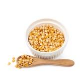 Biały ramekin wypełniający z kukurydzanymi nasionami zdjęcie royalty free