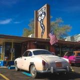 Biały retro samochód na trasie 66 arizonan USA Wiosna 2015 zdjęcie stock
